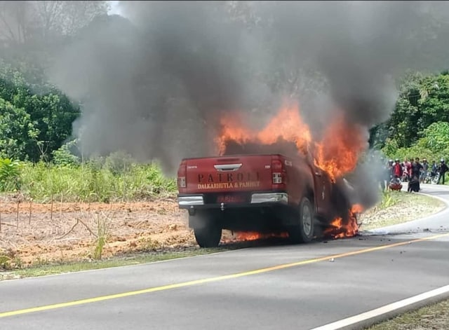 Patroli Illegal Logging, Mobil KPH Kapuas Hulu Terbakar saat Petugas Masuk Hutan (45106)