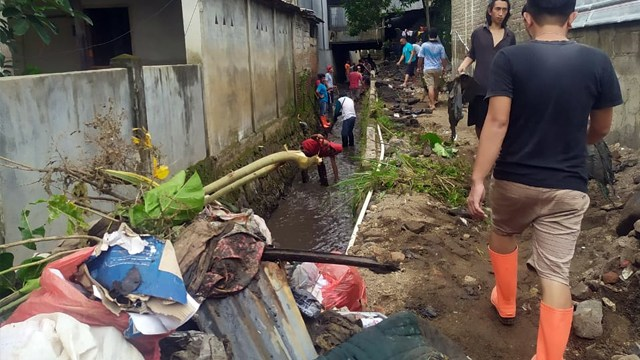 Foto: Warga Gotong Royong Bersihkan Sampah dan Lumpur Sisa Banjir Manado (27695)