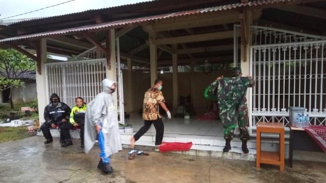 Jokowi Ziarah ke Makam Ibunda Didampingi Gibran, Warga Berebut Paket Sembako (17356)