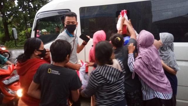 Jokowi Ziarah ke Makam Ibunda Didampingi Gibran, Warga Berebut Paket Sembako (17358)