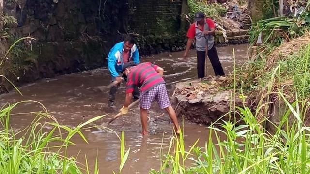 Foto: Warga Gotong Royong Bersihkan Sampah dan Lumpur Sisa Banjir Manado (27696)