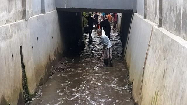 Foto: Warga Gotong Royong Bersihkan Sampah dan Lumpur Sisa Banjir Manado (27698)