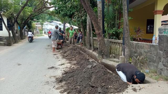 Foto: Warga Gotong Royong Bersihkan Sampah dan Lumpur Sisa Banjir Manado (27697)