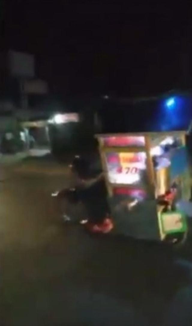 Jualannya Habis, Pedagang Bakso Keliling Ugal-ugalan di Jalan Berakhir Miris  (592998)