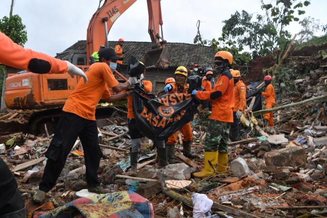 Tim SAR Masih Cari 10 Korban Hilang Akibat Longsor di Ngetos, Nganjuk (61374)