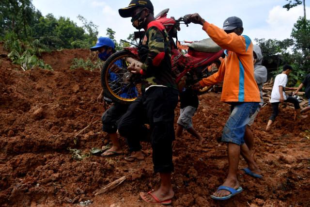 Tim SAR Masih Cari 10 Korban Hilang Akibat Longsor di Ngetos, Nganjuk (61373)
