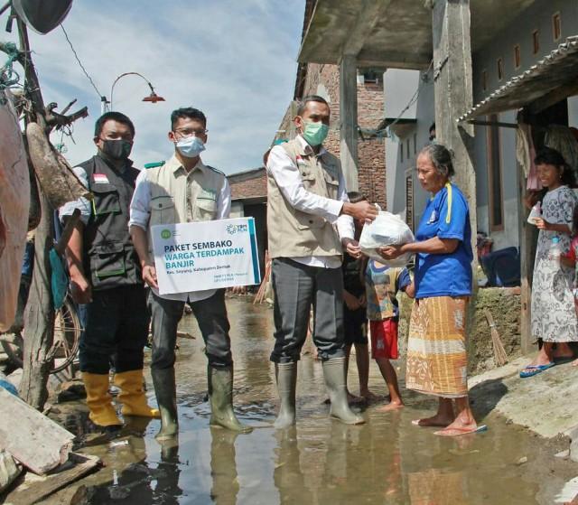 Banjir Demak, Inisiatif Zakat Indonesia dan YBM PLN UP3 Demak Salurkan Sembako (2539)