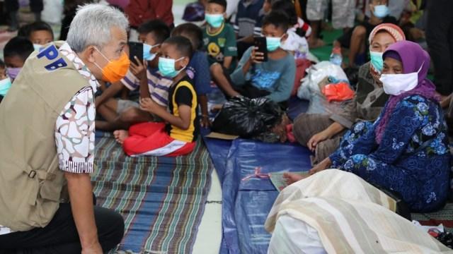 Ganjar Tinjau Korban Banjir Pekalongan, Usul Pengungsian Disekat Cegah COVID-19 (44868)
