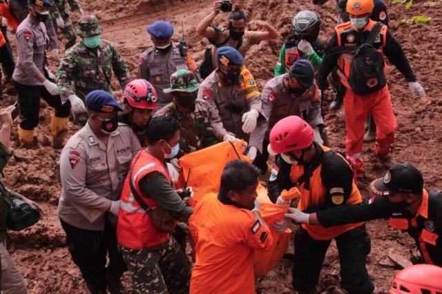 Sinergitas TNI, Polri dan Relawan Kerja Keras Cari Keberadaan Korban Bencana (127147)