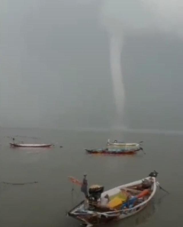 Waterspout di Pantai Kenjeran Surabaya, Pertama Terjadi di Jatim Sejak 2019 (40152)