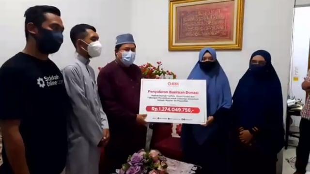 Donasi untuk Keluarga Ustaz Maaher Tembus Rp 1,2 M, Diserahkan ke Istri (24528)