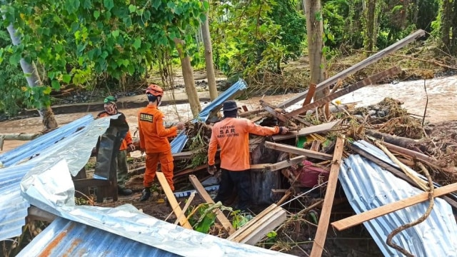 Banjir Bandang di Tojo Una-Una: 345 Korban Jiwa Mengungsi, 8 Rumah Hanyut (3746)
