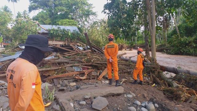 Banjir Bandang di Tojo Una-Una: 345 Korban Jiwa Mengungsi, 8 Rumah Hanyut (3747)