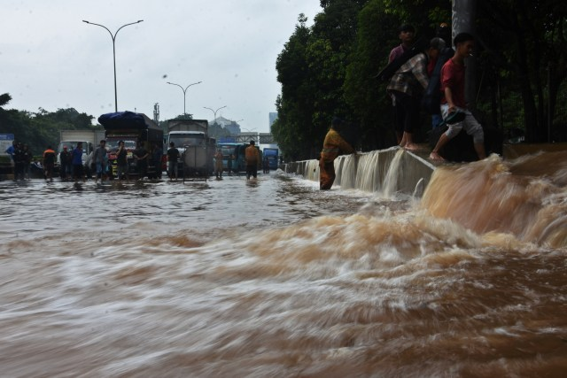 Terendam Banjir, YLKI Minta Tarif Tol di Jabodetabek Gratis (640974)