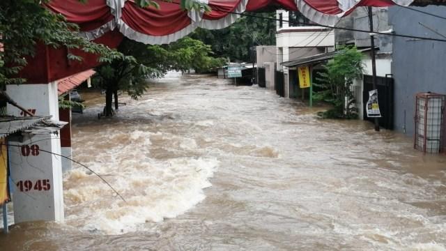 Foto: Banjir di Ciledug Indah, Air Hampir Setinggi Atap Rumah (822)