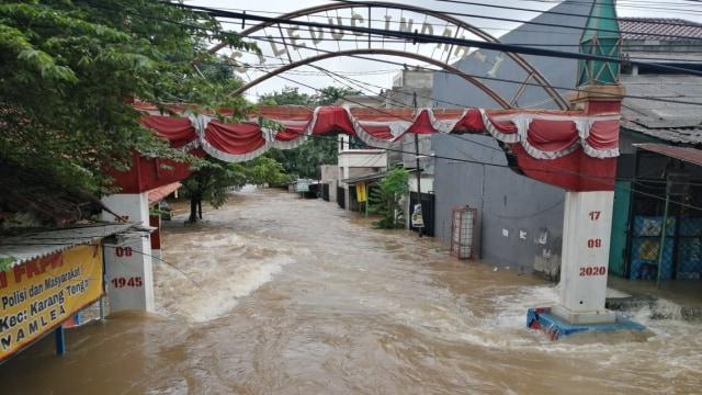Foto: Banjir di Ciledug Indah, Air Hampir Setinggi Atap Rumah (821)