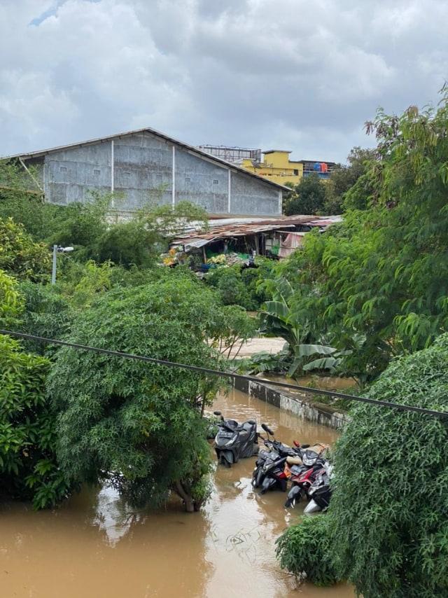 Foto: Banjir di Ciledug Indah, Air Hampir Setinggi Atap Rumah (820)