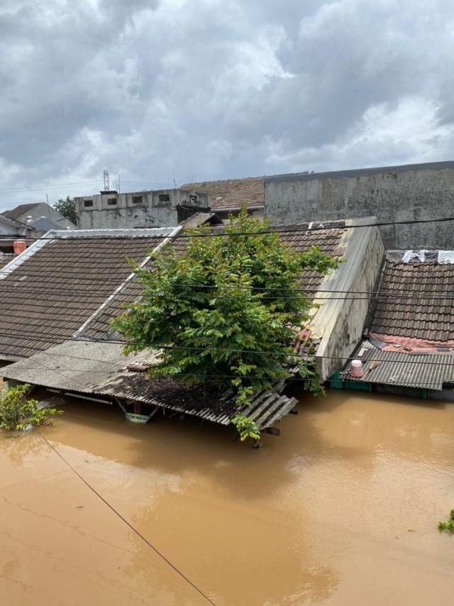Foto: Banjir di Ciledug Indah, Air Hampir Setinggi Atap Rumah (817)