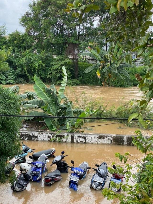 Foto: Banjir di Ciledug Indah, Air Hampir Setinggi Atap Rumah (819)