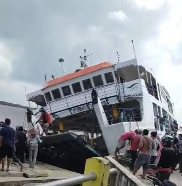 Video: Kapal Feri di Sambas Terbalik, Penumpang Berupaya ...
