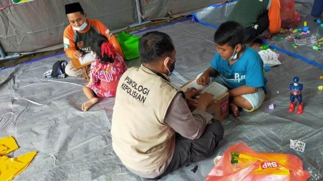 Polri Berikan Bantuan Trauma Healing Korban Tanah Longsor di Nganjuk (60532)