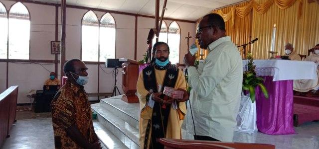 Bupati Maybrat Sumbang Rp 135 Juta Untuk Pembangunan Gereja Katolik (129798)