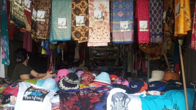 Setelah Imbauan Gubernur, Penjualan Endek di Pasar Kumbasari Belum Meningkat (33747)