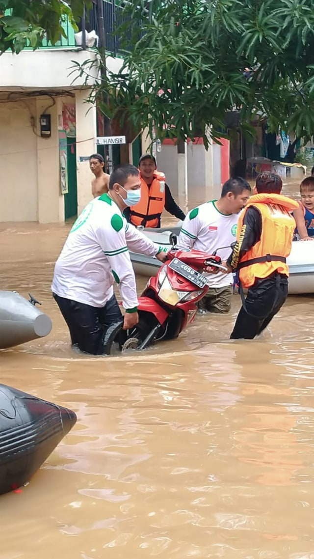 Fakta-fakta Relawan FPI Dibubarkan Polisi saat Bantu Korban Banjir (34866)
