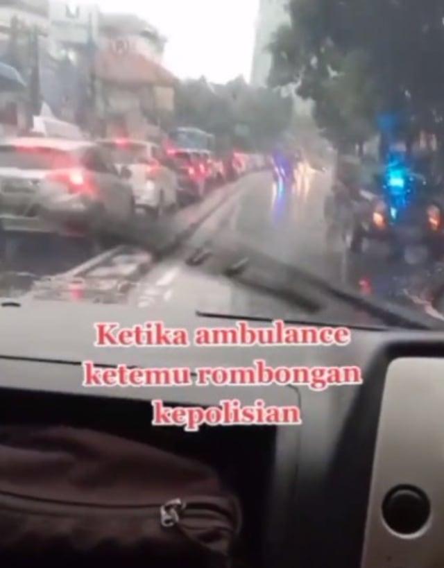 Mobil Ini Lawan Arah dan Bikin Iring-iringan Polisi Menepi di Jalan Raya (85103)