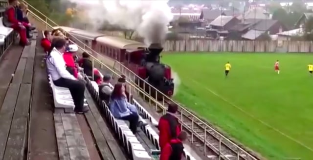 Ngakak, Pandangan Penonton Bola di Stadion Terhalang Kereta yang Melintas (227331)