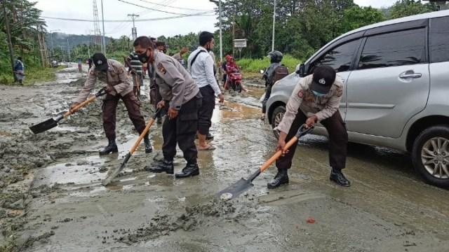 Hujan Deras, Jalan Raya Bambar Jayapura Tertutup Pasir dan Lumpur (31198)