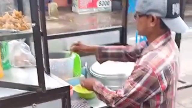 Penjual Siomai Kedapatan Bawa Barang Diduga HT, Warganet Curiga Dia Intel (10458)