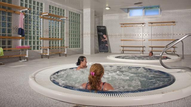 Beda Jacuzzi, Whirlpool, dan Hot Tub yang Sama-Sama Berbentuk Kolam (7925)