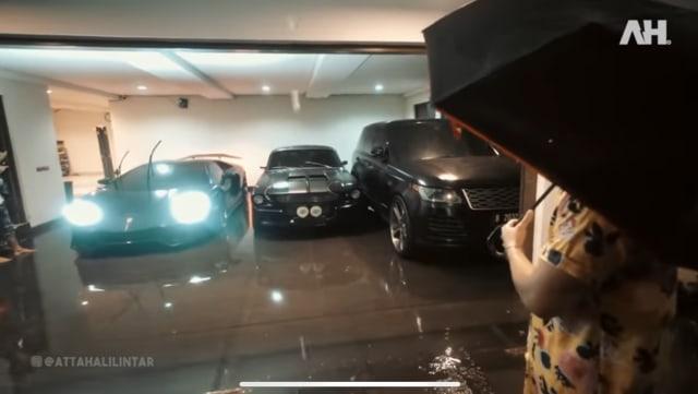 5 Potret Rumah Baru Atta Halilintar Kebanjiran, Koleksi Mobil Mewahnya Terancam (34536)