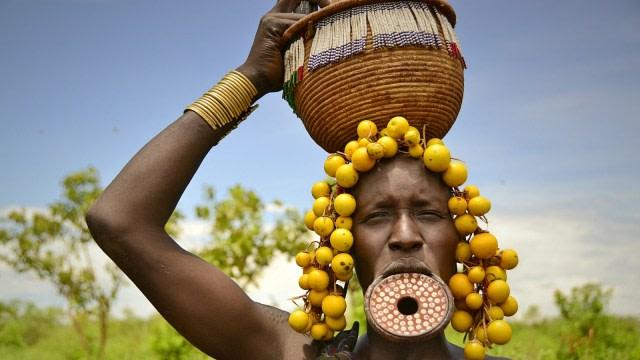 Tradisi Unik Wanita Suku Mursi, Jadikan Bibir Lebar Sebagai Simbol Kecantikan (132873)
