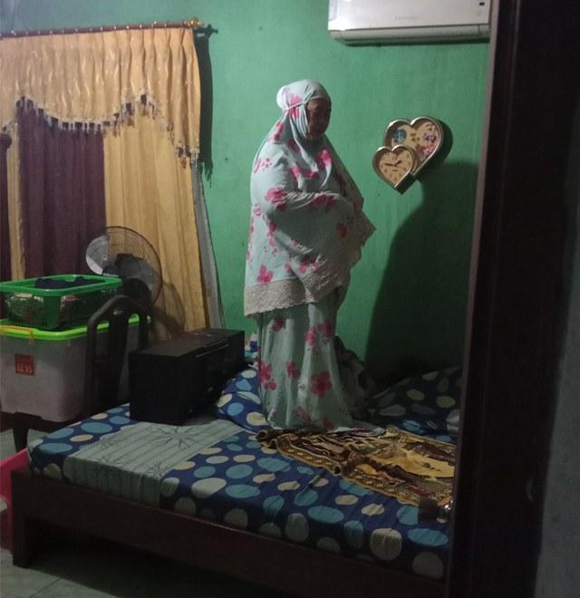 Potret Seorang Ibu Tetap Khusyuk Salat Tahajud di Tengah Kepanikan Banjir (38362)