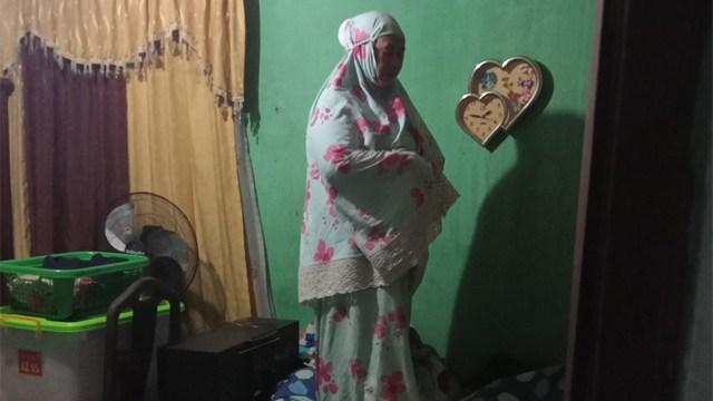 Potret Seorang Ibu Tetap Khusyuk Salat Tahajud di Tengah Kepanikan Banjir (38363)