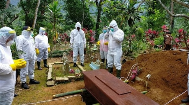 Relawan Satgas COVID-19 Tantang Supriyono Ikuti Prosesi Pemakaman Jenazah (108541)