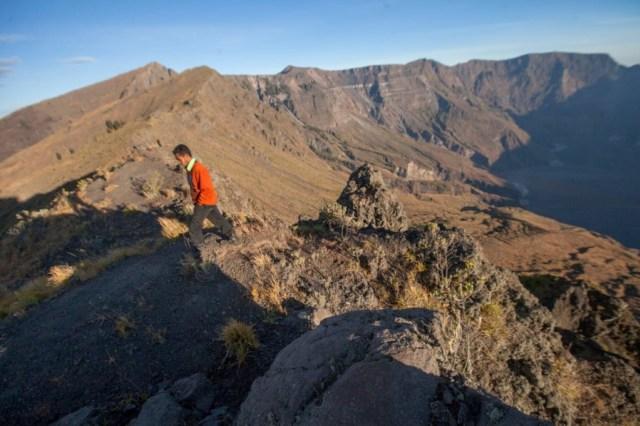 Inilah 3 Orang Eropa Pertama yang Menapaki Lereng Tambora hingga Puncak Kaldera (22018)