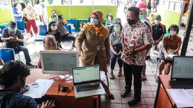 Wakil Ketua Komisi IX DPR Tinjau Vaksinasi Corona: Lansia Butuh 1 Jam Divaksin (33577)