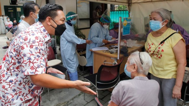 Wakil Ketua Komisi IX DPR Tinjau Vaksinasi Corona: Lansia Butuh 1 Jam Divaksin (33576)