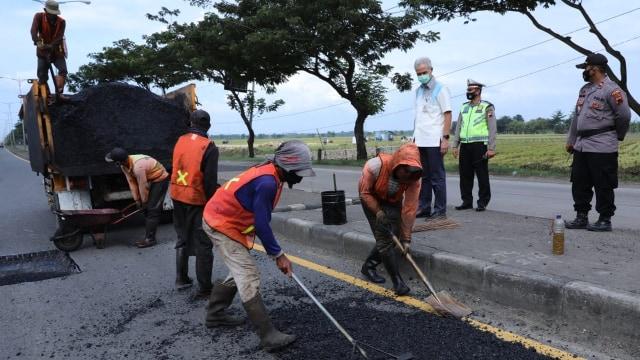 Ganjar Gerak Cepat Perbaiki Kerusakan Jalan Pantura: Penanganan Darurat (137418)