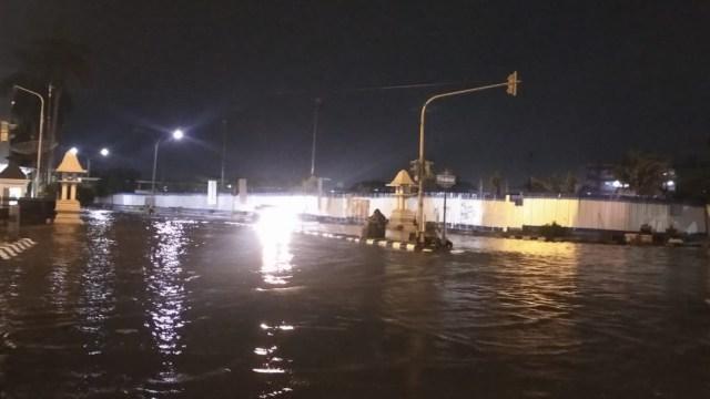 Banjir di Simpang Lima Semarang Surut, Kawasan Pasar Johar-Kota Lama Tergenang (20170)