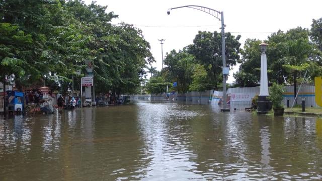 Kawasan Kota Lama Semarang Masih Banjir, Banyak Kendaraan Mogok (62436)