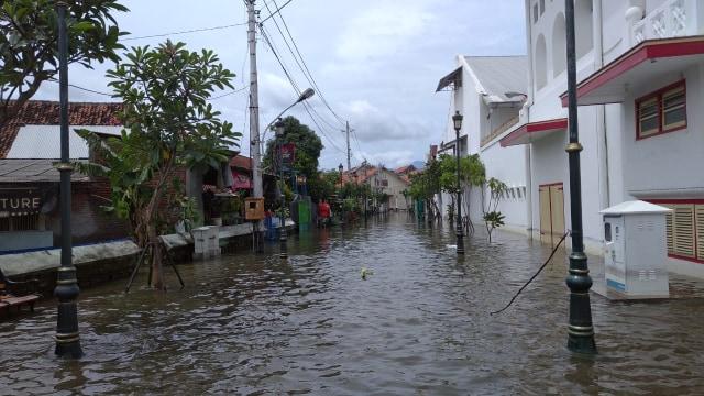 Kawasan Kota Lama Semarang Masih Banjir, Banyak Kendaraan Mogok (62435)