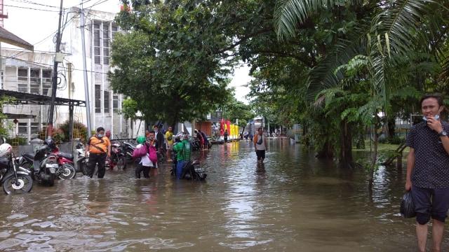 Kawasan Kota Lama Semarang Masih Banjir, Banyak Kendaraan Mogok (62434)