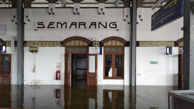 Banjir di Stasiun Tawang Semarang Tak Kunjung Surut, Penumpang Dialihkan  (131200)