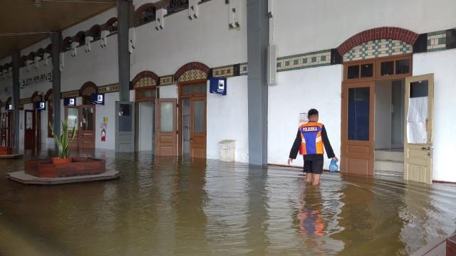Banjir di Stasiun Tawang Semarang Tak Kunjung Surut, Penumpang Dialihkan  (131201)