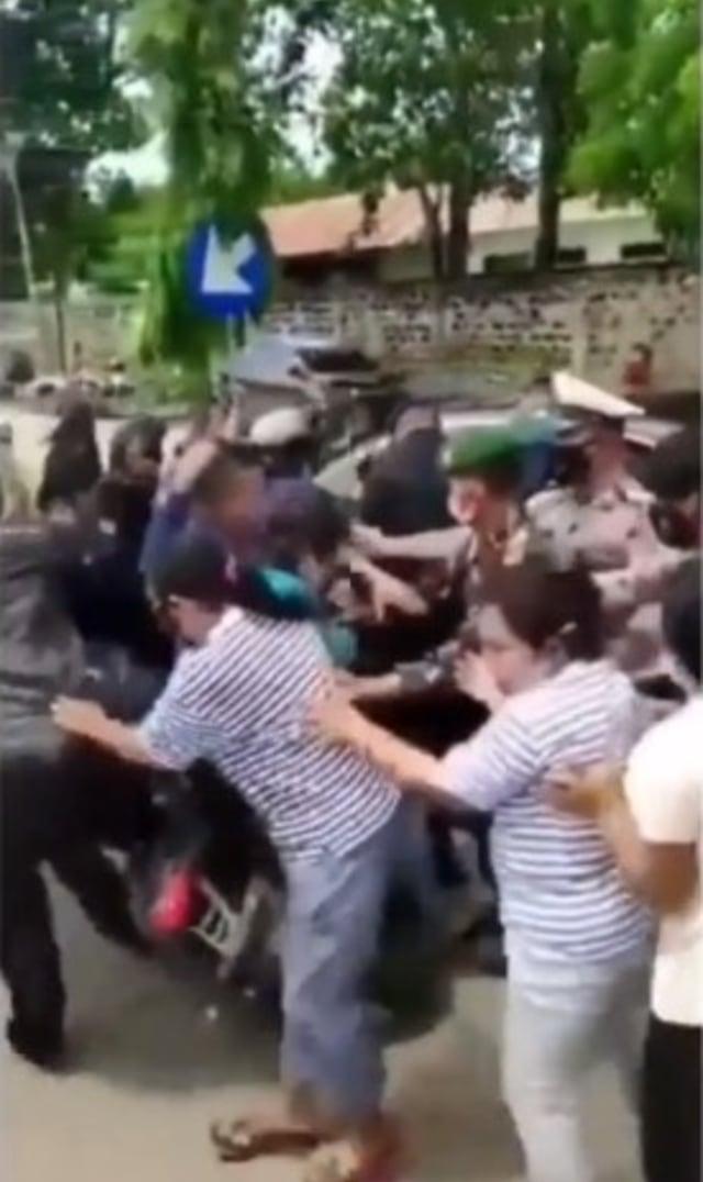 Viral Video Paspampres Terjatuh Diserbu Emak-emak saat Mengawal Jokowi di Sumba (32731)