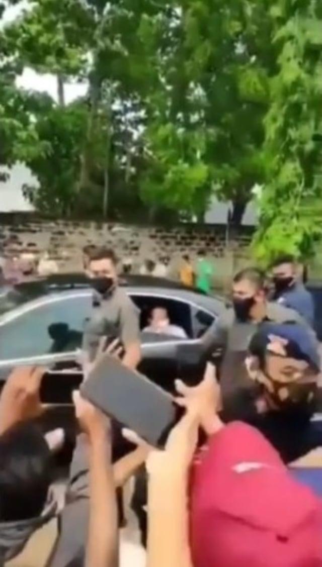 Viral Video Paspampres Terjatuh Diserbu Emak-emak saat Mengawal Jokowi di Sumba (32733)